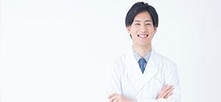 腕を組む笑顔の薬剤師