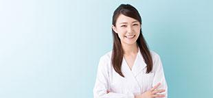 腕を組む笑顔の女性薬剤師
